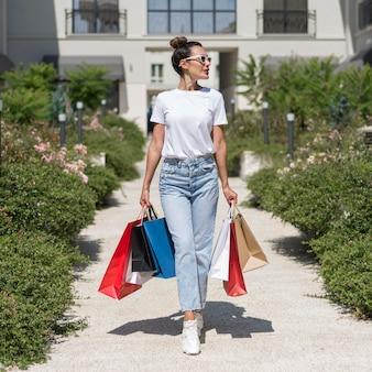 Portret van mooie vrouw poseren met boodschappentassen