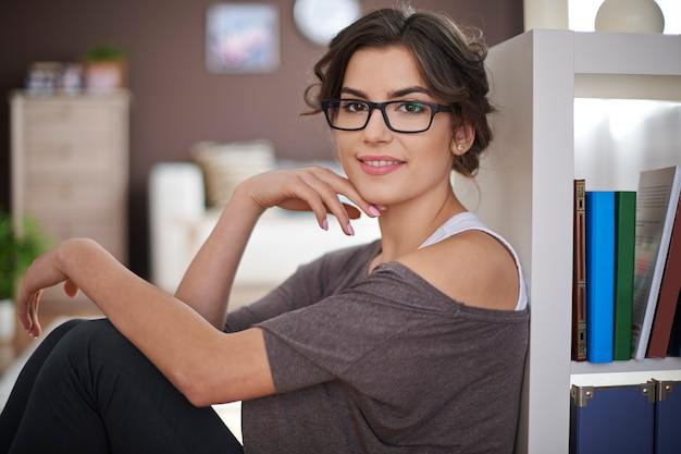 Portret van mooie vrouw thuis