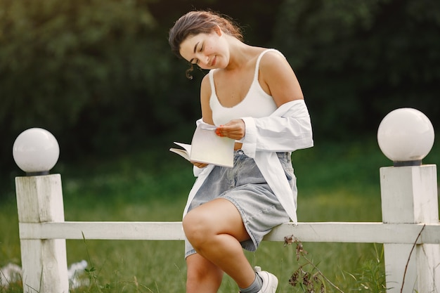 Portret van mooie vrouw. vrouw las een boek. dame in een wit overhemd.