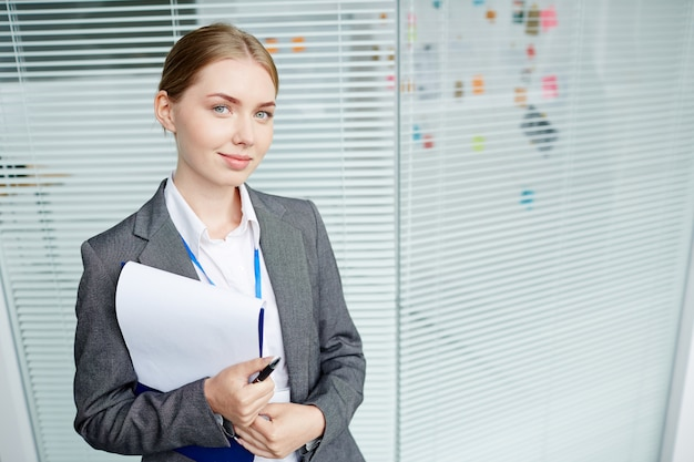 Portret van mooie vrouw werknemer