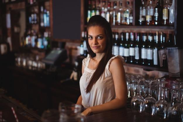 Portret van mooie vrouwelijke barman