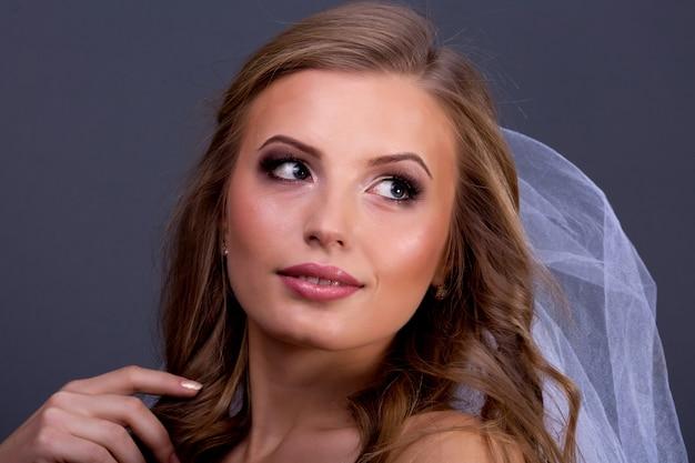 Portret van mooie vrouwelijke model op blauwe muur