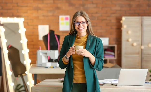 Portret van mooie vrouwelijke ondernemer in atelier