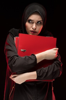 Portret van mooie wanhopige doen schrikken bang gemaakte jonge moslimvrouw