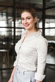 Portret van mooie zakenvrouw binnenshuis
