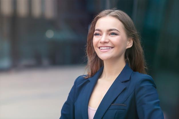 Portret van mooie zelfverzekerde zakenvrouw buitenshuis kantoor