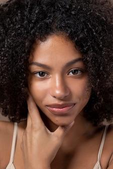 Portret van mooie zwarte vrouw die lacht