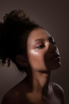 Portret van mooie zwarte vrouw met mysterieuze schaduwen