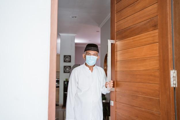 Portret van moslim volwassen man wachten op familie om naar huis te komen met masker tijdens eid mubarak