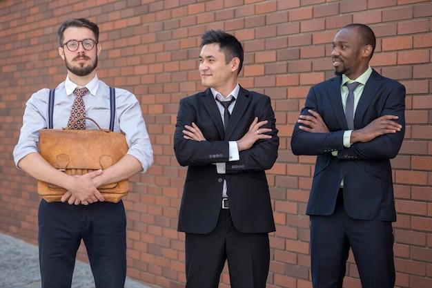 Portret van multi-etnisch commercieel team