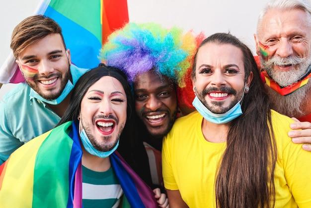 Portret van multiraciale homoseksuele mensen die pret hebben bij lgbt-trotsparade