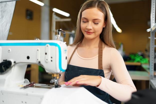 Portret van naaister werken met naaimachine