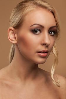 Portret van natuurlijke jonge vrouw