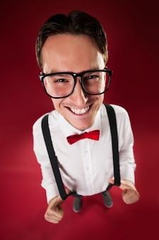 Portret van nerdy man met rode vlinderdas en bretels