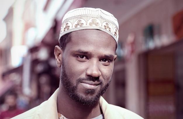 Portret van niet-identificeerbare vrolijke marokkaanse man in een straat van marrakech in marokko, noord-afrika