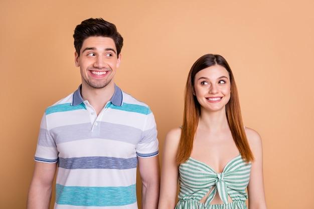 Portret van nieuwsgierig grappig verlegen paar dat elkaar aankijkt?