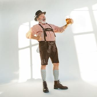 Portret van oktoberfest man, gekleed in de traditionele beierse kleding