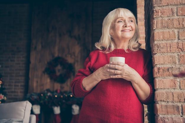 Portret van oma brengt wintervakantie cacao door bij ingericht loft interieur huis