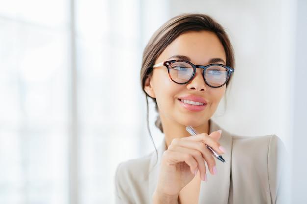 Portret van onderneemster die glazen draagt