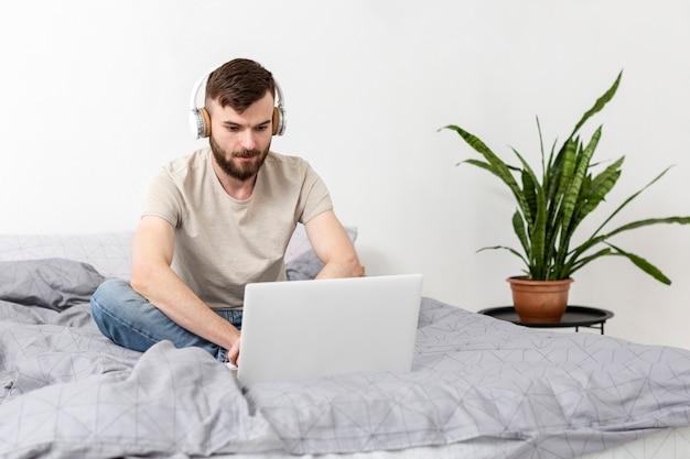 Portret van ondernemer die van het verre werk genieten