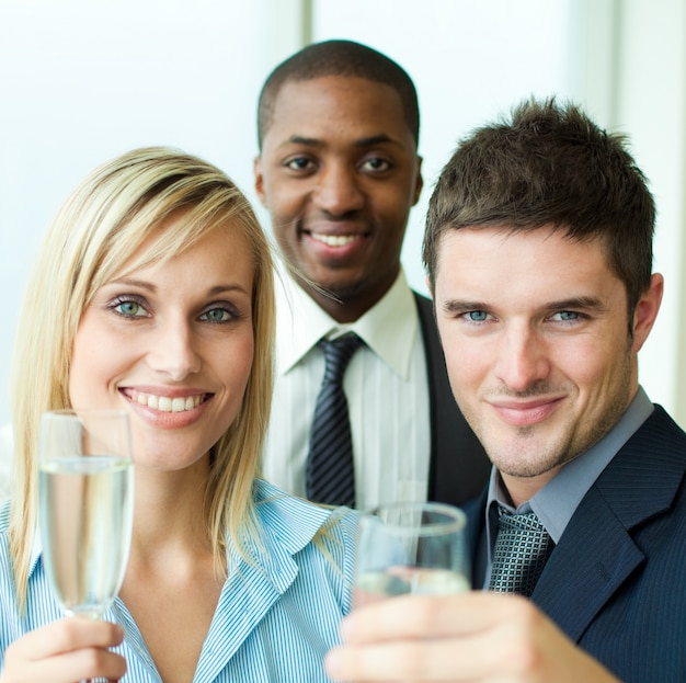 Portret van ondernemers roosteren met champagne
