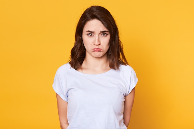 Portret van ongelukkig mooie vrouw met curven lippen