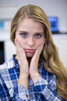 Portret van ongelukkige vrouwelijke patiënt met kiespijn
