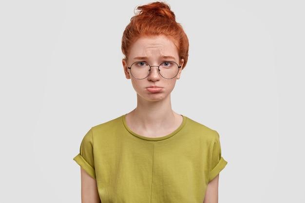 Portret van ontevreden foxy vrouw met sproeten