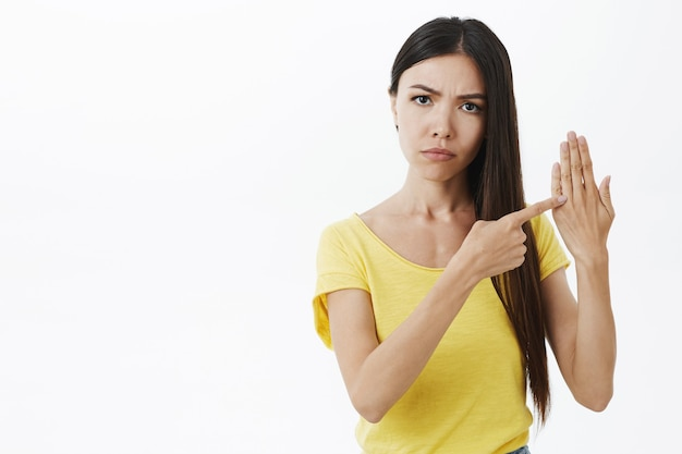 Portret van ontevreden geïrriteerd ernstig ogende vriendin fronsend streng starend