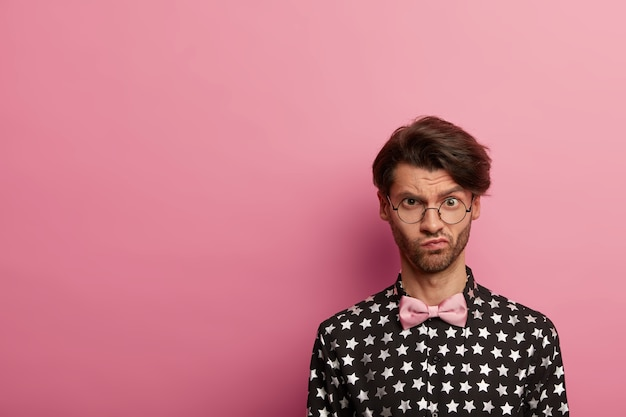 Portret van ontevreden ongeschoren man met trendy kapsel