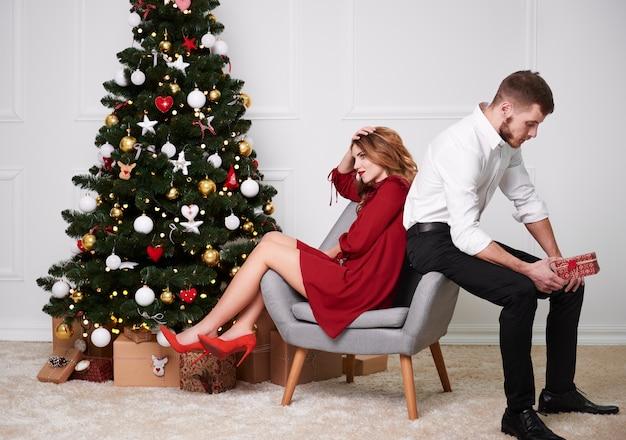 Portret van ontevreden paar met kerstmis