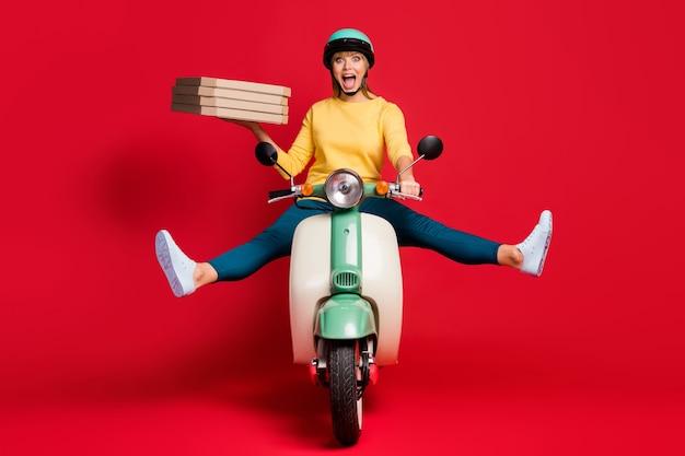 Portret van onzorgvuldig meisjesachtig meisje rijden bromfiets stapel stapel stapel pizza