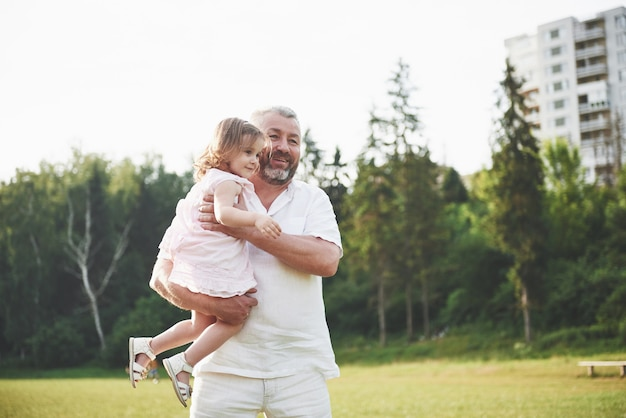 Portret van opa met kleindochter
