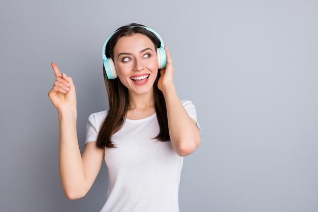 Portret van openhartig meisje luister muziek dans kijk kopieer ruimte