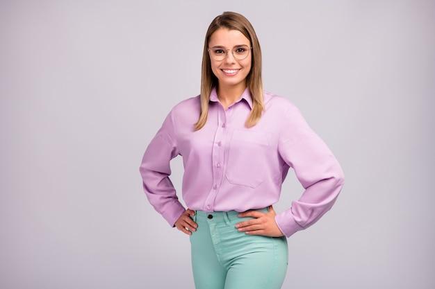 Portret van openhartig vrij mooi meisje echte baas klaar beslissen opstarten besluit oplossing zet handen taille dragen stijlvolle kleding geïsoleerd over grijze kleur achtergrond