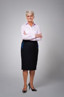 Portret van openhartige hogere bedrijfsvrouw