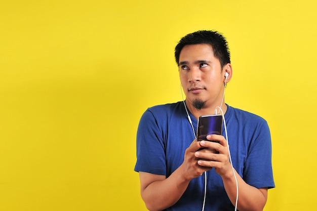 Portret van opgewonden aziatische man verrast om een trending nummer online te vinden