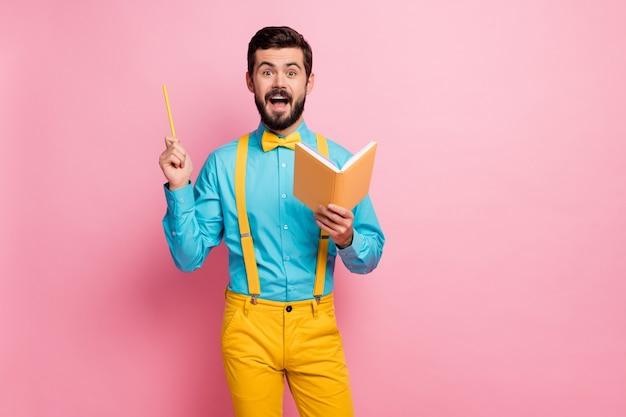 Portret van opgewonden bebaarde man schrijven geniale boekoplossing