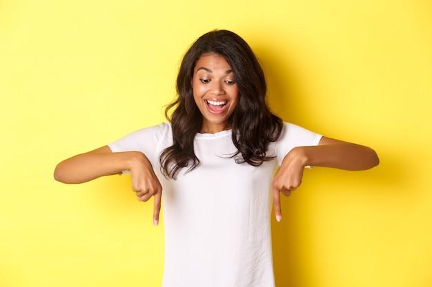Portret van opgewonden, knappe afro-amerikaanse vrouw