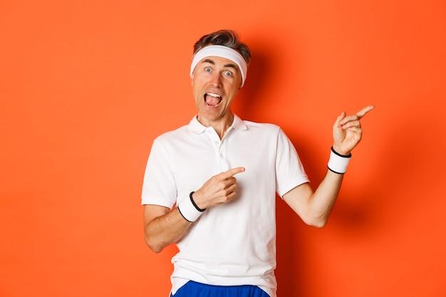 Portret van opgewonden mannelijke atleet van middelbare leeftijd, die activewear voor oefeningen draagt