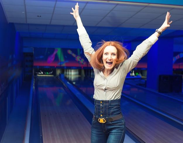 Portret van opgewonden meisje in een bowlingbaan