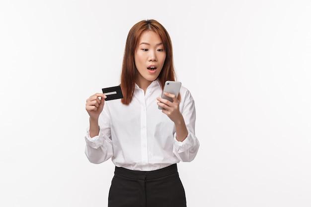 Portret van opgewonden schattige aziatische vrouwelijke shopaholic online bestellen