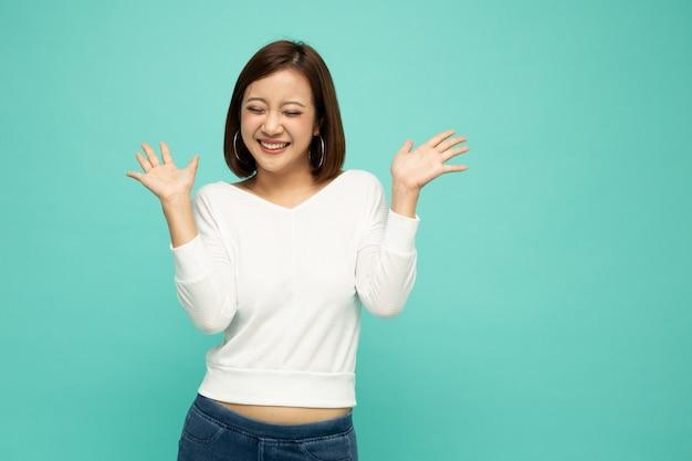 Portret van opgewonden schreeuwende jonge aziatische vrouw wauw en verrast