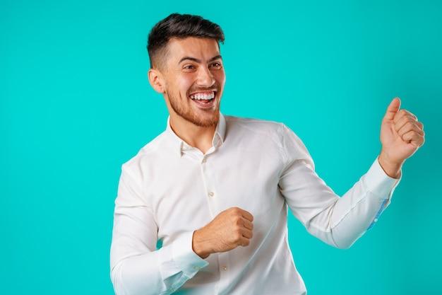 Portret van opgewonden, succesvolle man handen opheffen