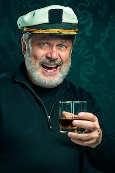Portret van oude kapitein of zeeman man in zwarte trui