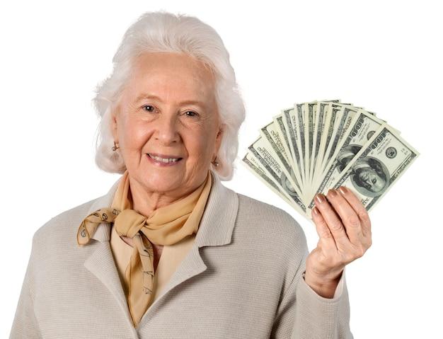 Portret van oude vrouw die geld toont, geïsoleerd op transparante achtergrond