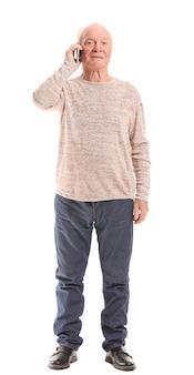 Portret van oudere man praten via de mobiele telefoon