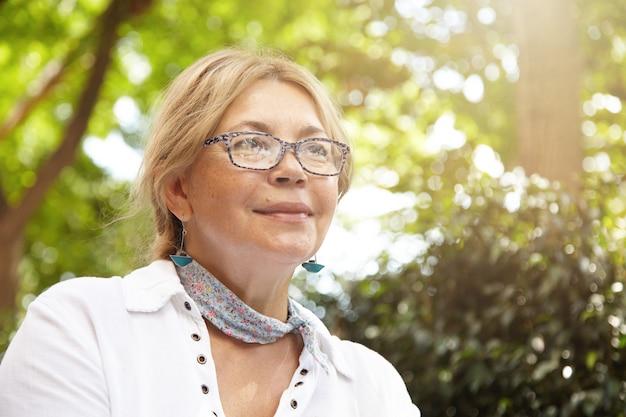 Portret van oudere vrouw in park