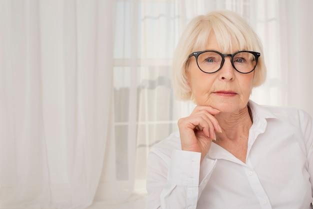 Portret van oudere vrouw met oogglazen
