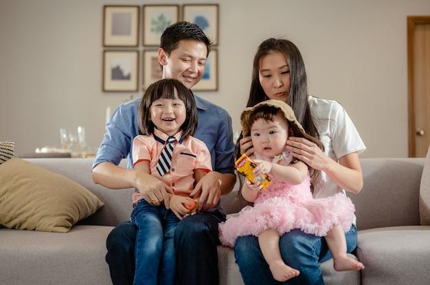 Portret van ouders, gelukkig, volledig gezin met kinderen, veel plezier op de bank in de vrije tijd in de woonkamer